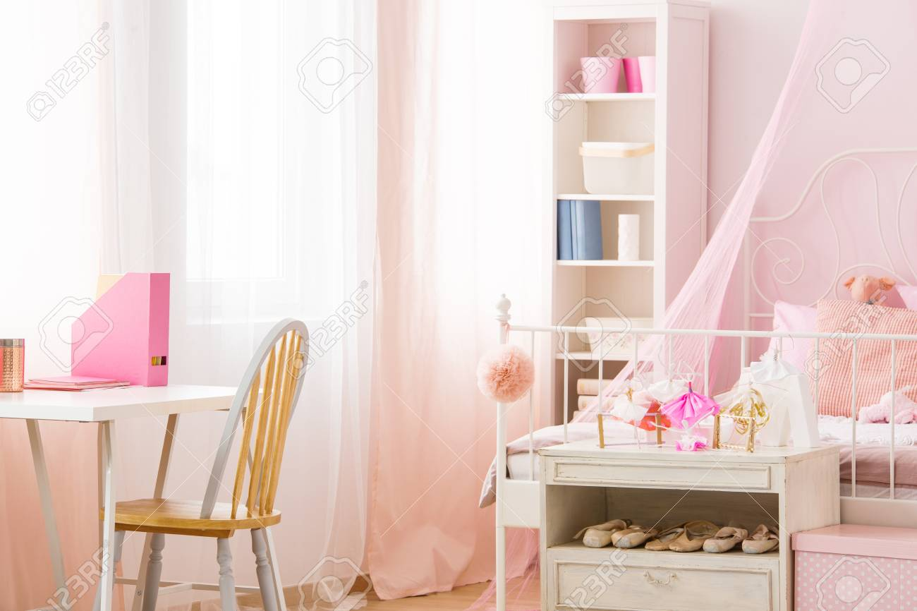 Chambre rose fonctionnelle avec lit bibliothèque chaise et