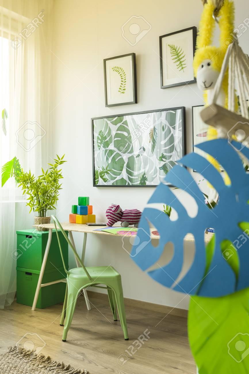 Genial Wanddekoration Kinderzimmer Beste Wahl Mit Schreibtisch, Grünem Stuhl Und Standard-bild -