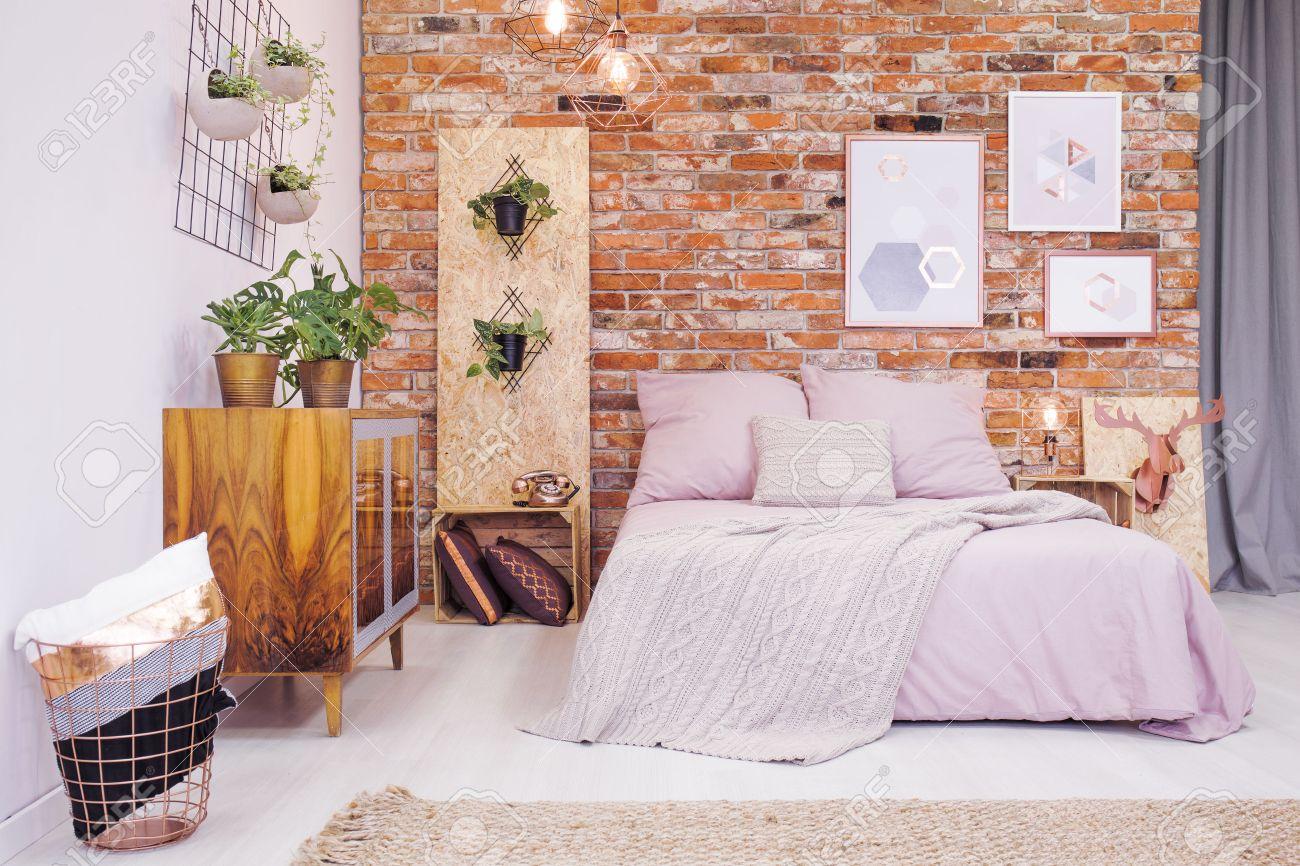 Je Slaapkamer Decoreren : Industriële slaapkamer met bed en diy osb decoratie royalty vrije