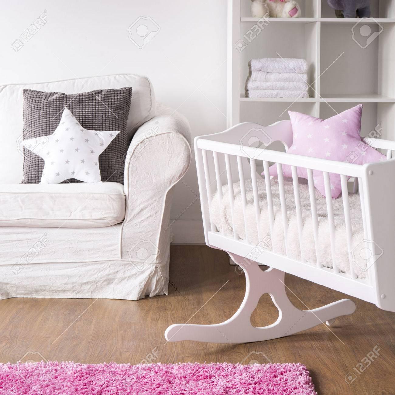 Habitación Infantil Blanca Brillante Con Cuna De Madera Para Niña ...
