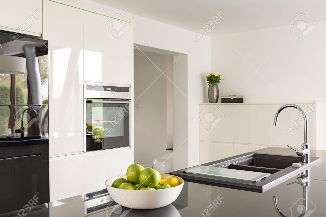 Futuristische Hochglanzküche In Weiß Mit Schwarzen Arbeitsplatte ...