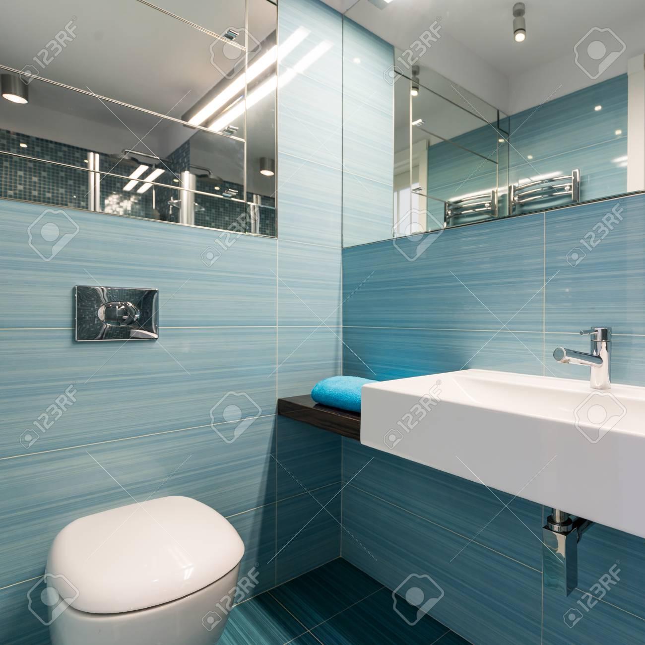 Geräumiges Badezimmer Mit Großen Waschbecken Und Toilette, Blauen ...