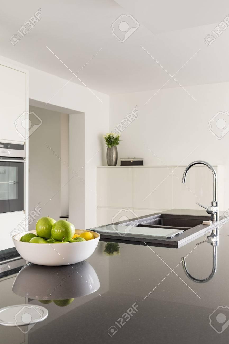 Weisse Kuche Mit Schwarzer Arbeitsplatte Und Waschbecken Lizenzfreie