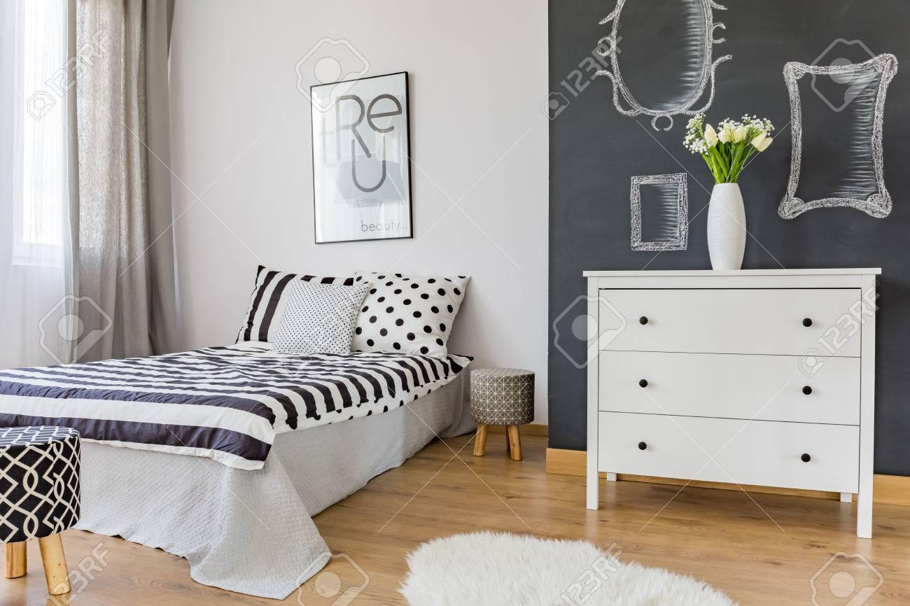 Gemutliches Modernes Schlafzimmer Mit Schwarz Weiss Dekor Lizenzfreie Fotos Bilder Und Stock Fotografie Image 72323034