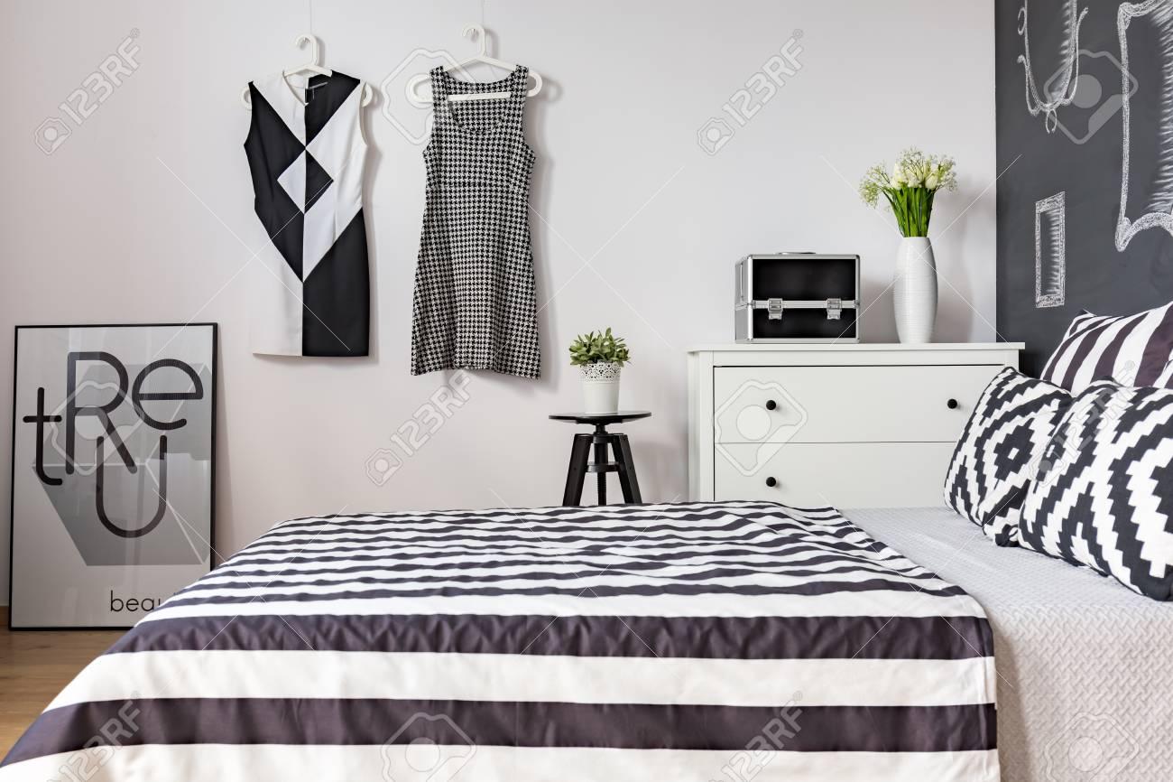 Banque Du0027images   Lit King Size Dans Une Chambre Moderne En Noir Et Blanc