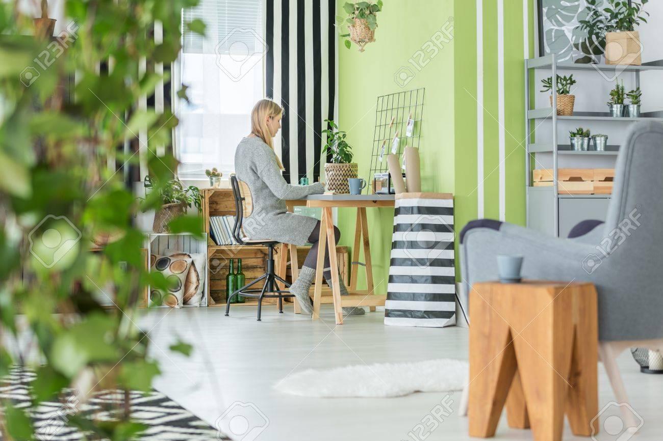 Funktionelle Grün Home Office Und Wohnzimmer Kombiniert Lizenzfreie ...