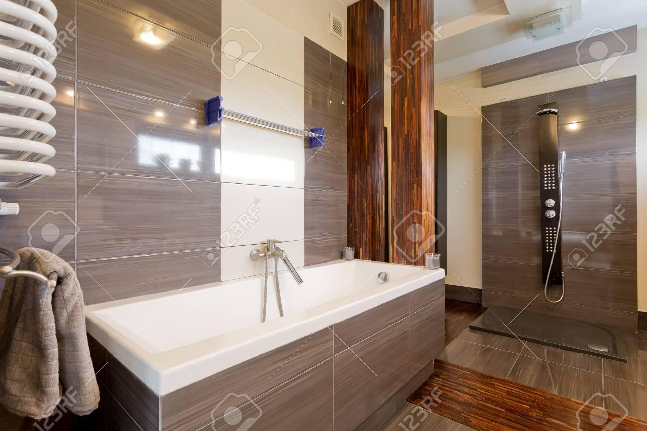 Interior Moderno Cuarto De Baño Con Bañera Y Azulejos En Color ...