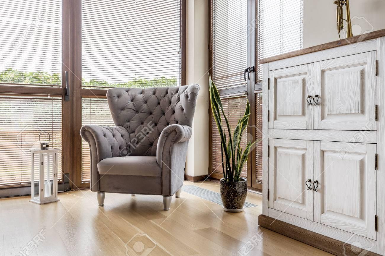 Salon Confortable Avec Un Fauteuil Confortable Et Blanc Commode En ...
