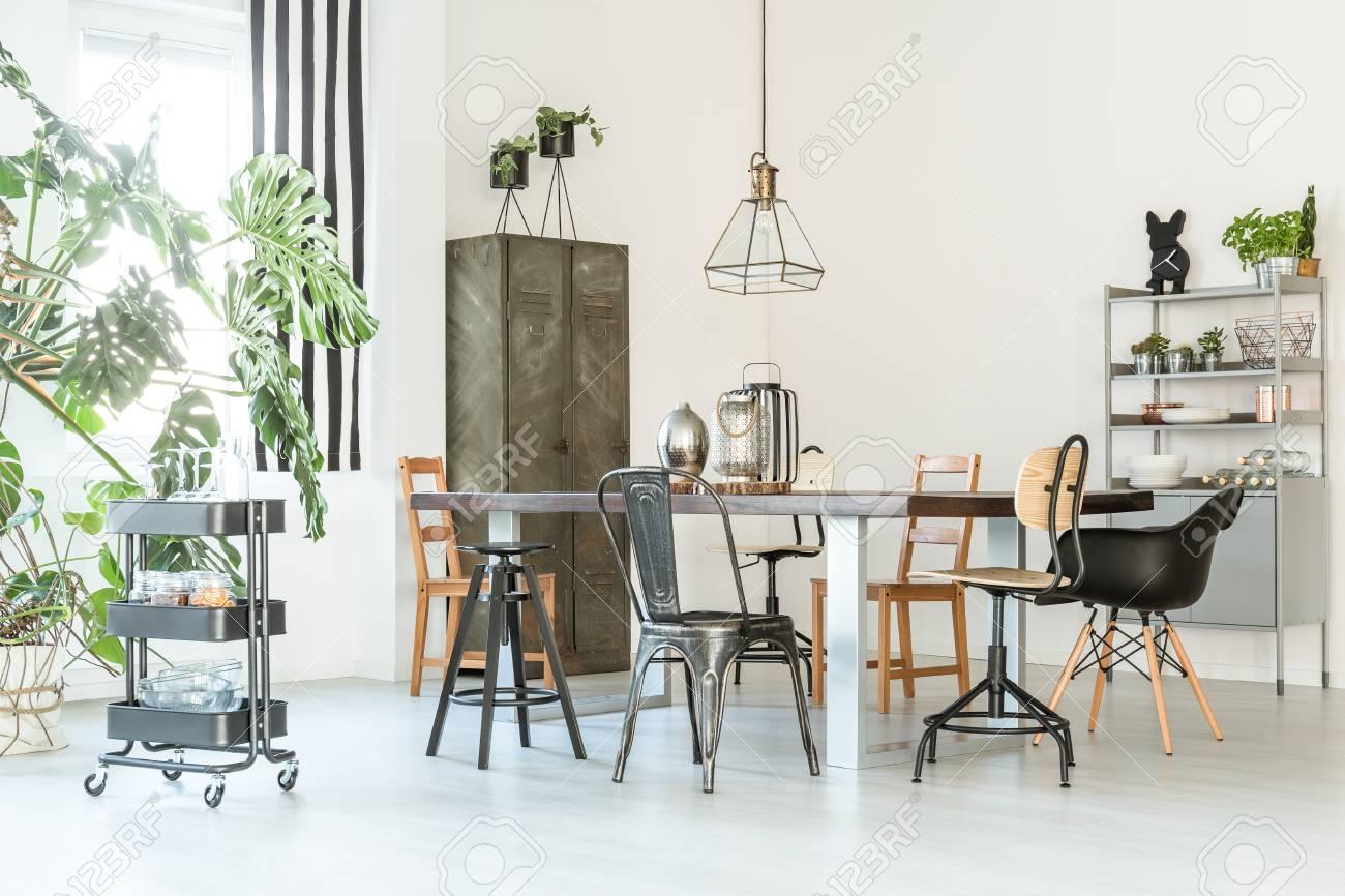 Faszinierend Tisch Esszimmer Galerie Von Standard-bild - Trendiges, Weißes Mit Tisch, Stühlen,