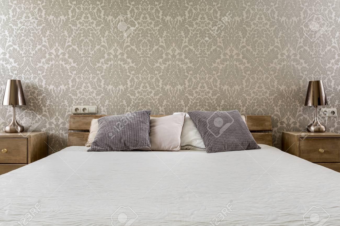 tapete schlafzimmer, breites ehebett mit hölzernen nachtschränken im schlafzimmer mit, Design ideen