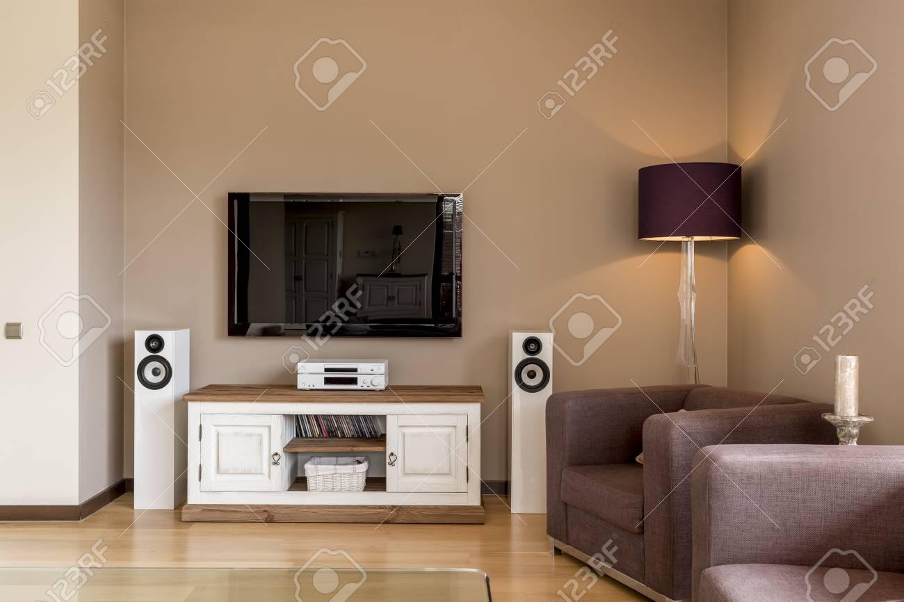 Ecke Eines Wohnzimmers Mit Sessel Fernseher Weisser Kommode Und