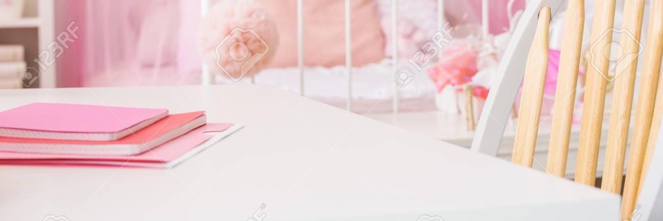 Rosa Notizbücher Auf Weißem Schreibtisch Im Schlafzimmer Des Mädchens  Standard Bild   73044306