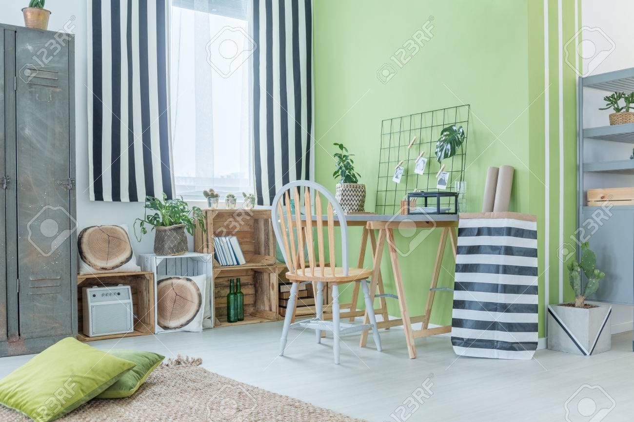 chambre verte avec des accessoires à rayures, une armoire métallique