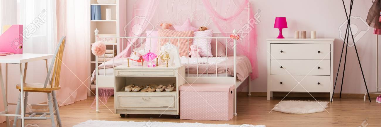 Décor de chambre rose et blanc de rêve pour fille avec ballerines et jouets