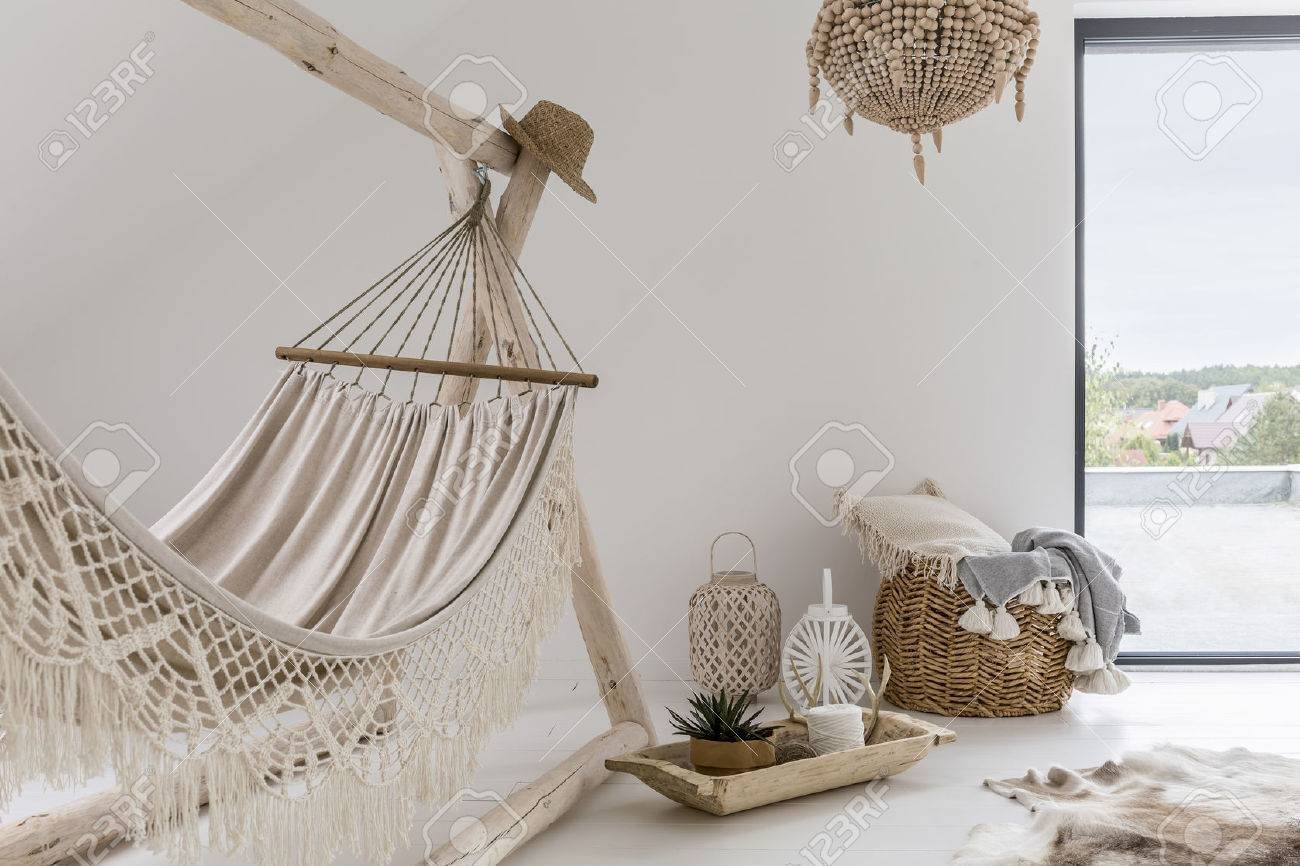 Room interior with hammock and stylish decorations Banque d'images - 73258403