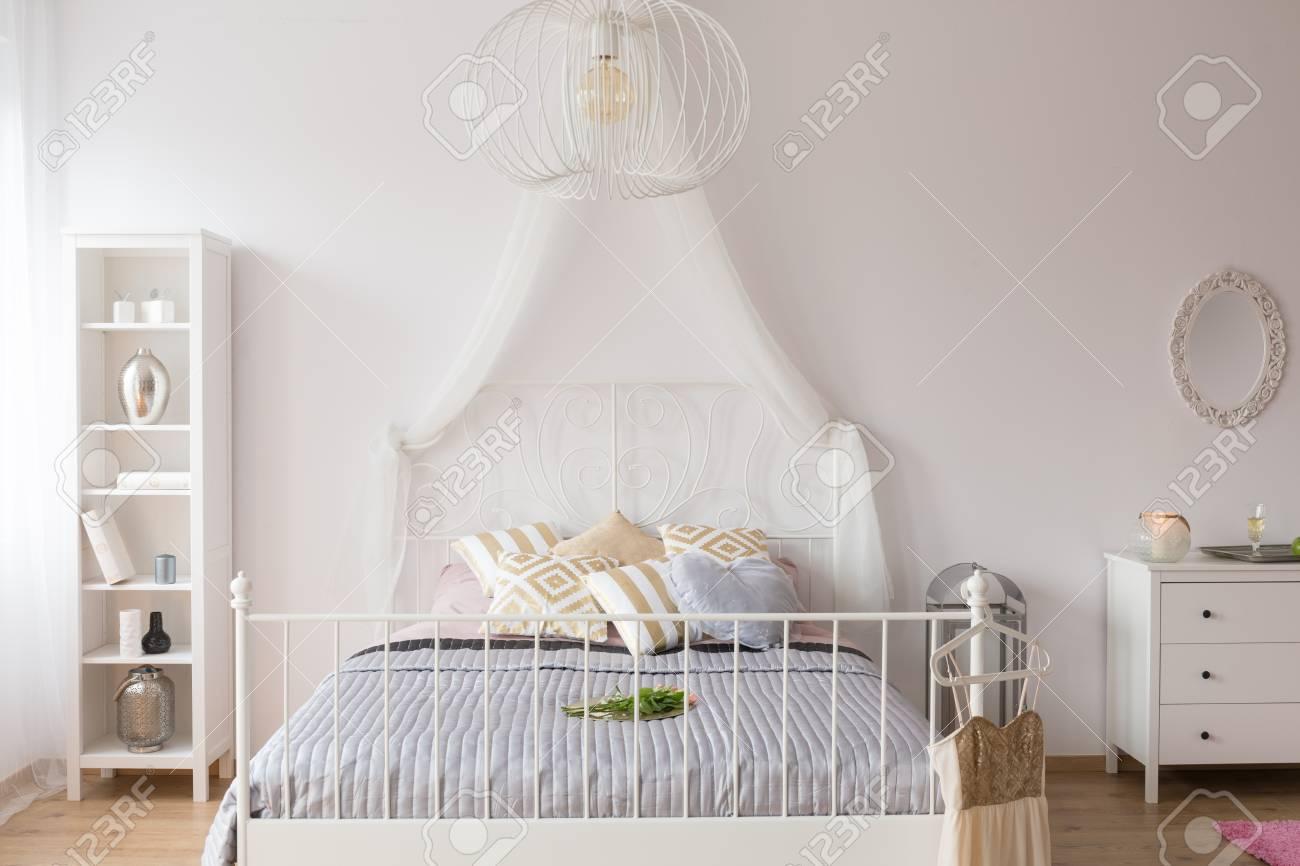 Weißes Schlafzimmer Mit Himmelbett, Bücherregal Und Kommode ...