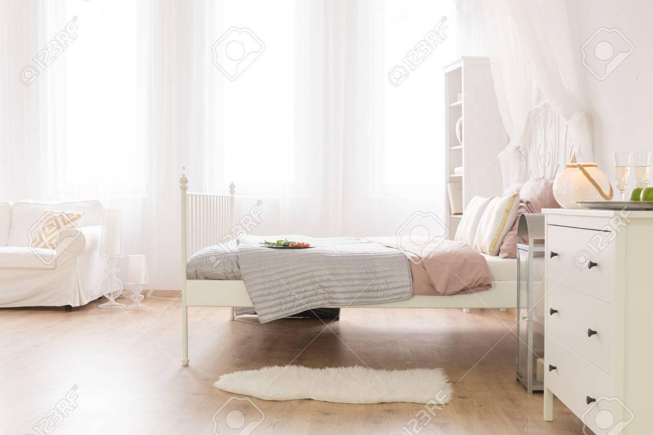 Neues Schlafzimmer Mit Weißer Kommode, Bett Und Sofa Lizenzfreie ...