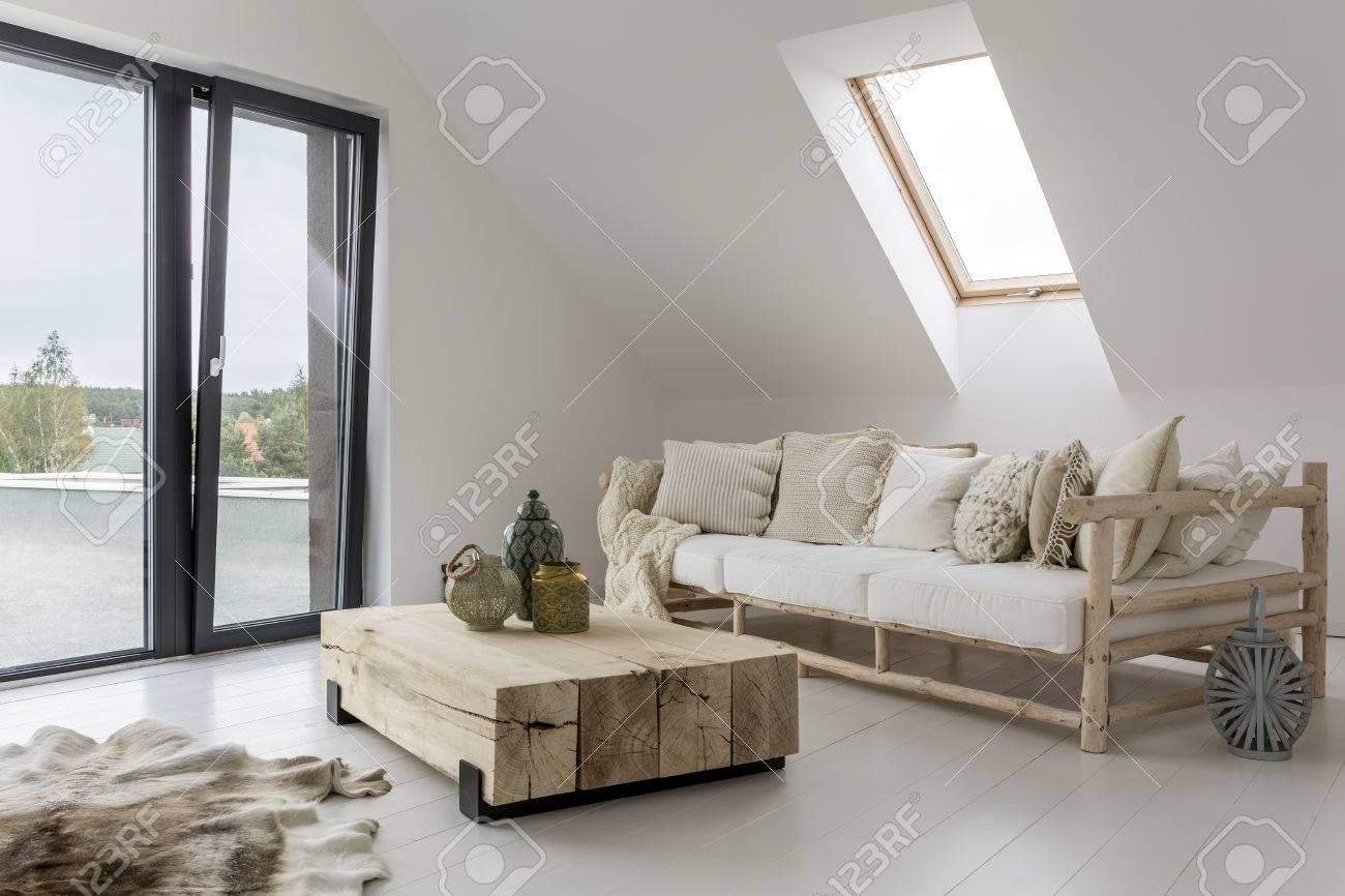 Intérieur spacieux d'une maison au bord de la mer Banque d'images - 73429328