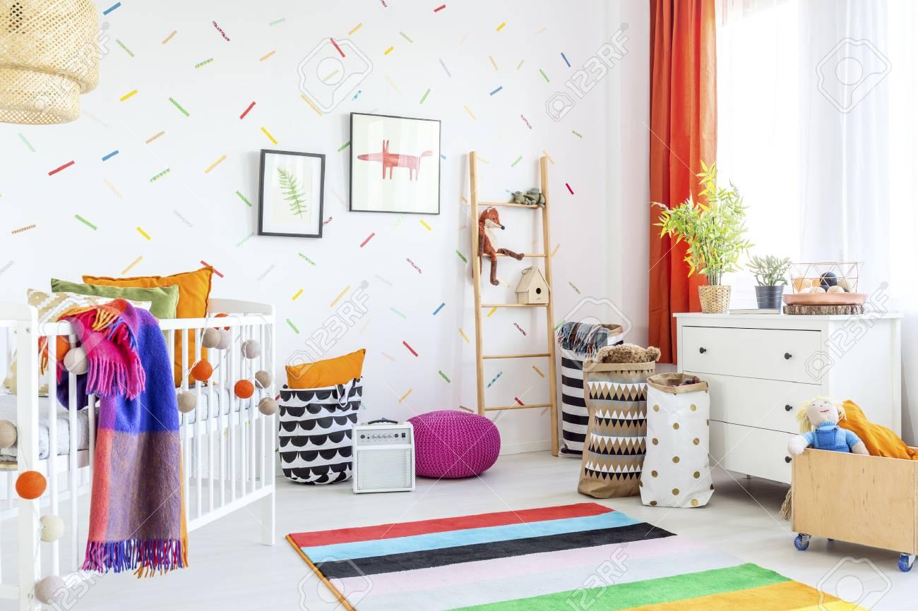 Gemütliche Moderne Baby-Raumdekor Mit Weißen Boden Und Bunte ...