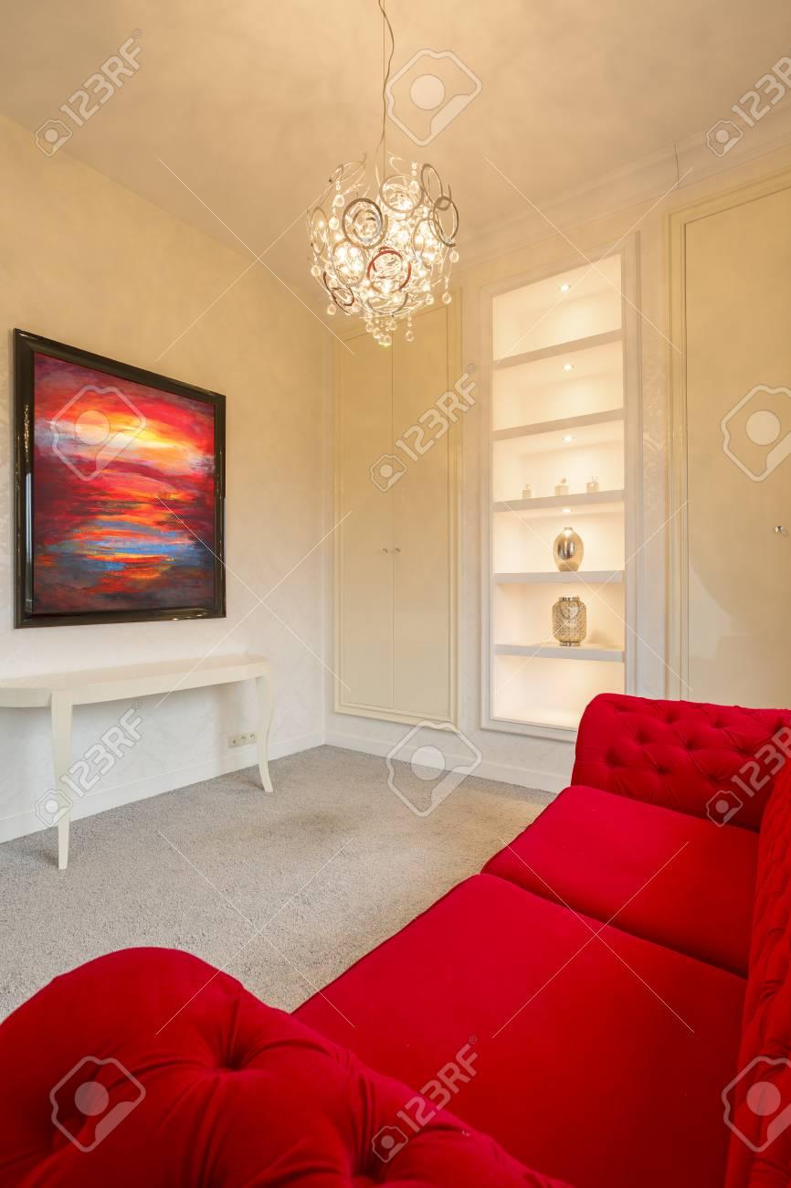 Grand Appartement Gris élégant Avec Un Canapé Rouge Et Une Jolie Peinture Banque  Du0027images