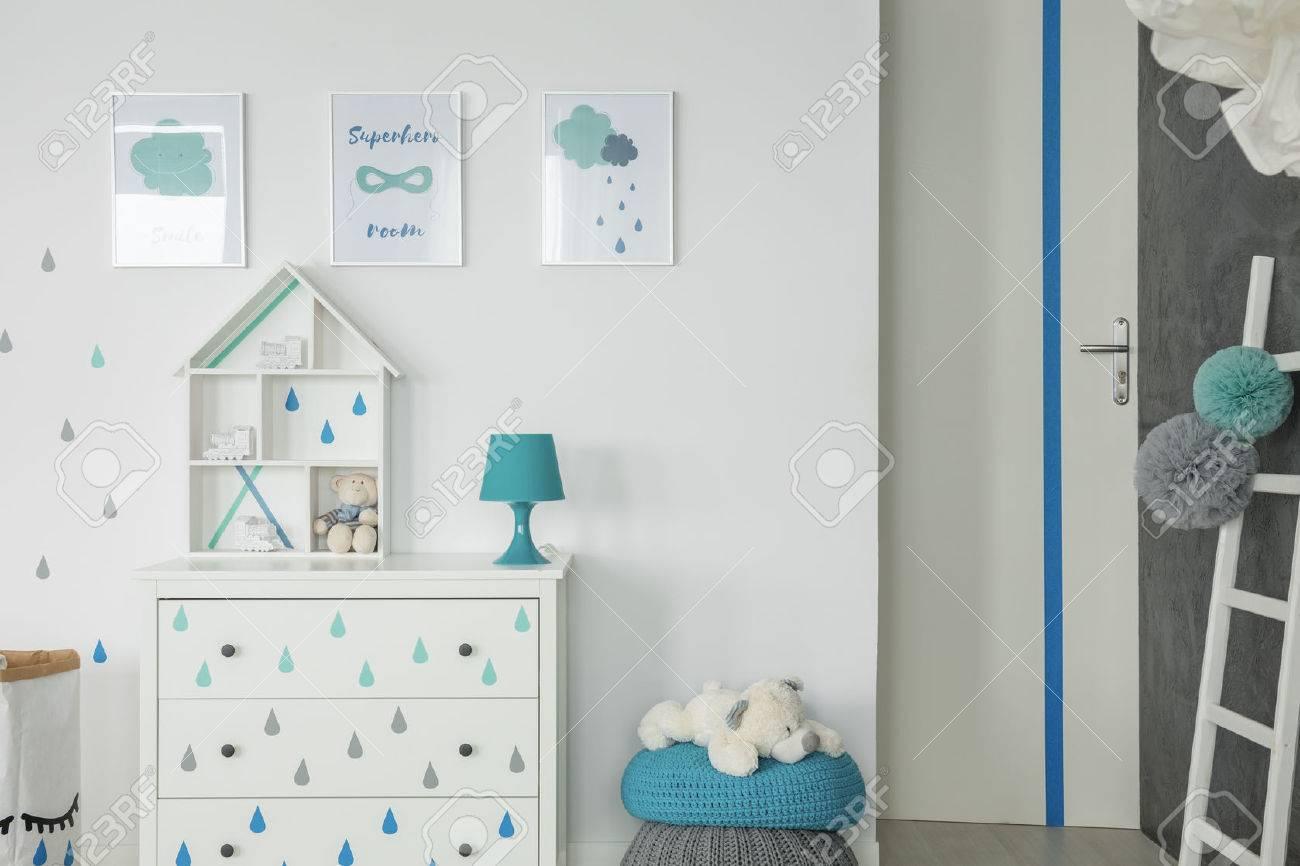 Chambre Blanche Bebe Avec Commode Pouf Et Affiches Mur Banque D