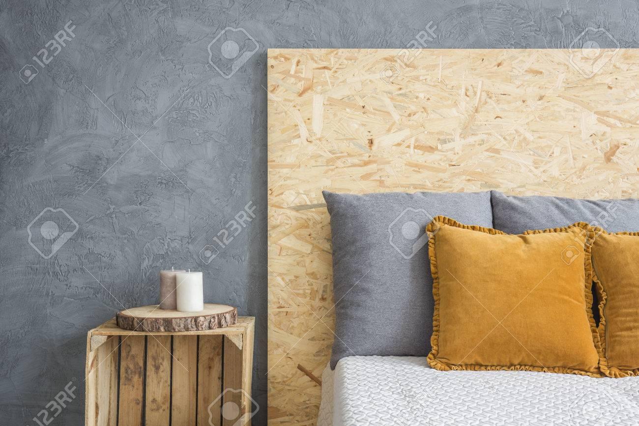Banque Du0027images   Chambre à Coucher Avec Lit écologique Avec Tête De Lit  OSB Et Table De Chevet De Caisse
