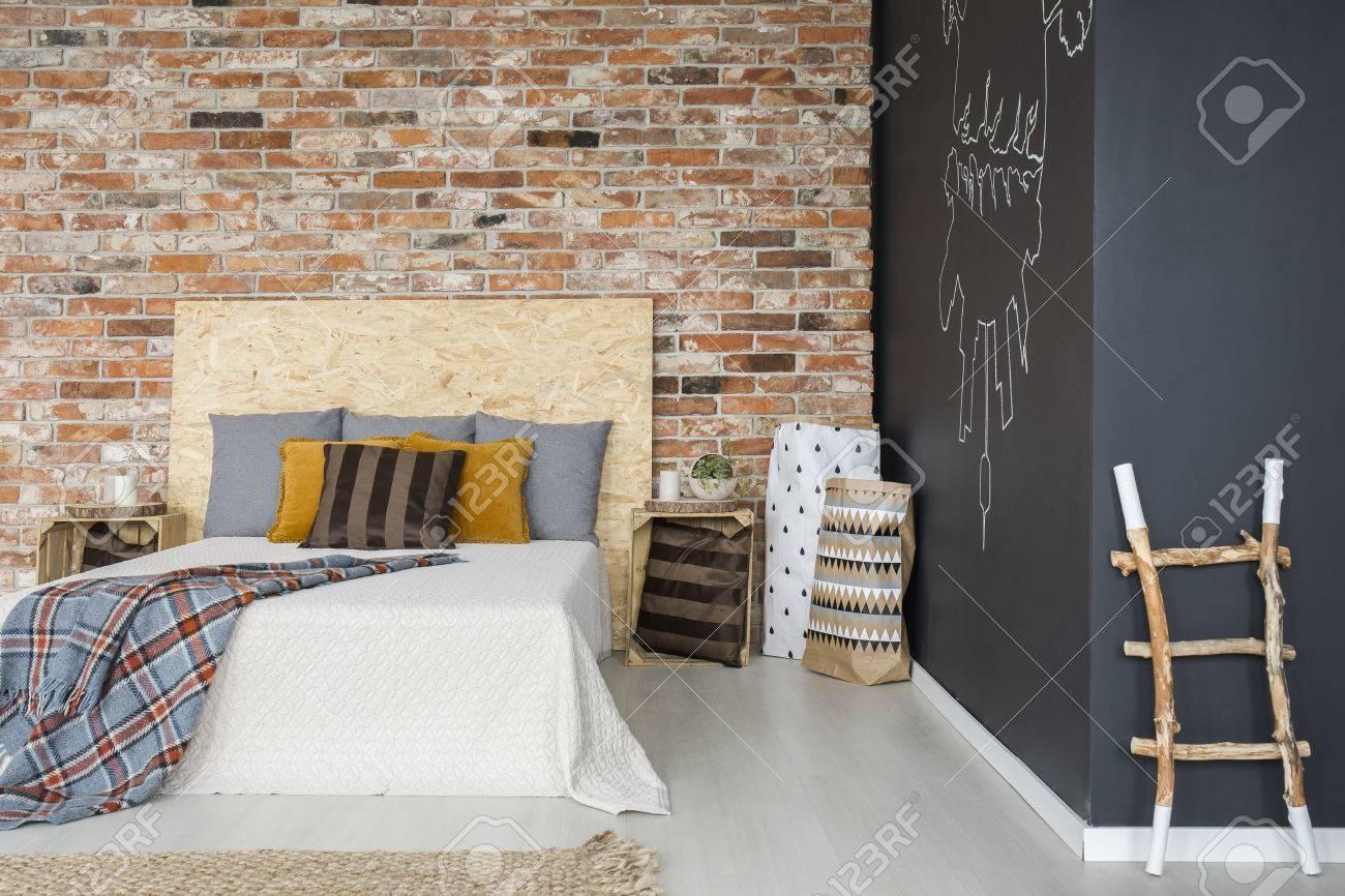 Banque Du0027images   Chambre écologique Avec Meubles En Bois, Mur De Briques  Et Tableau Noir