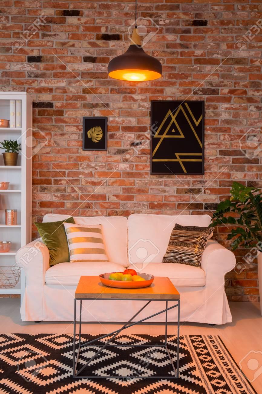Kupfer Dekor Wohnzimmer Mit Weißer Couch, Teppich Und Tisch ...