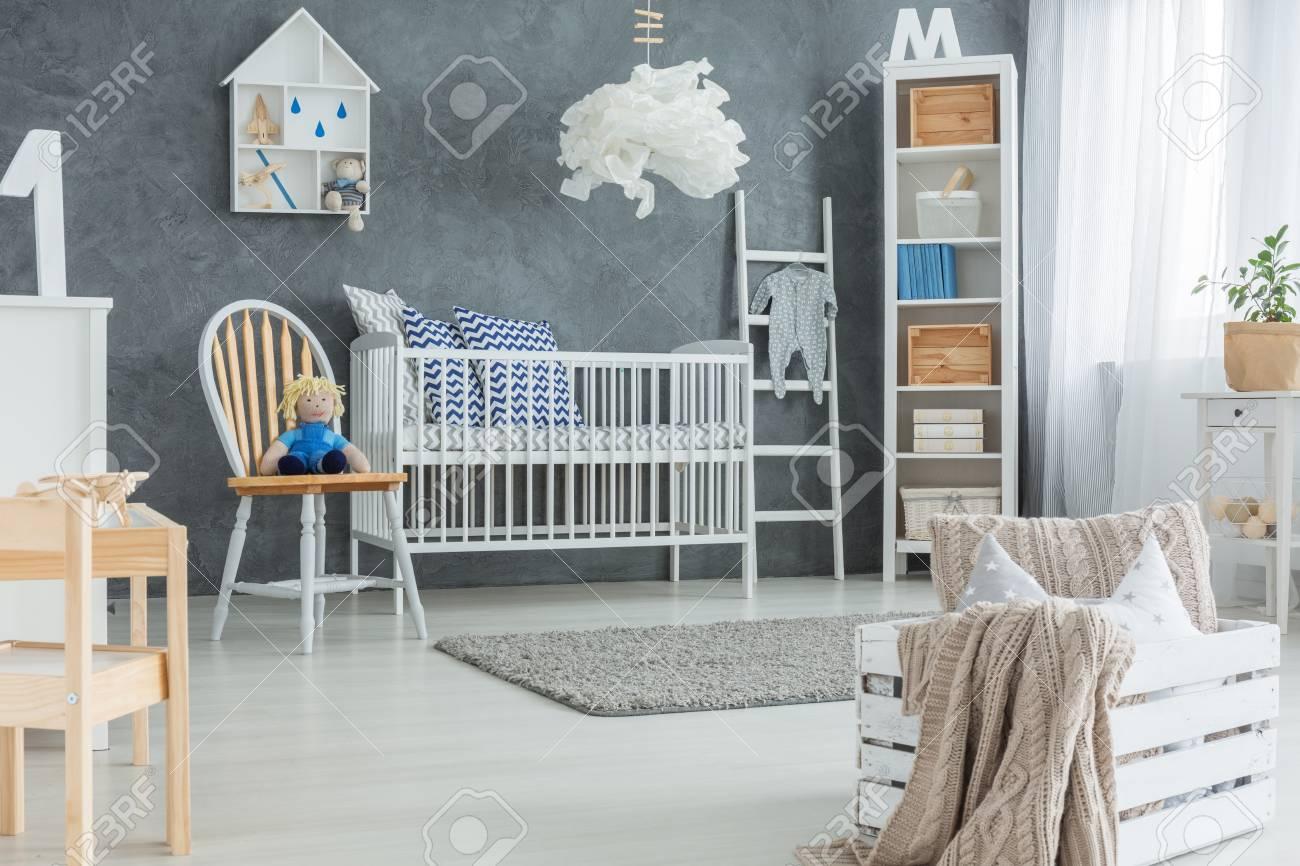 Kreatives Baby-Schlafzimmer Mit Kinderbett, Bücherregal Und Teppich ...