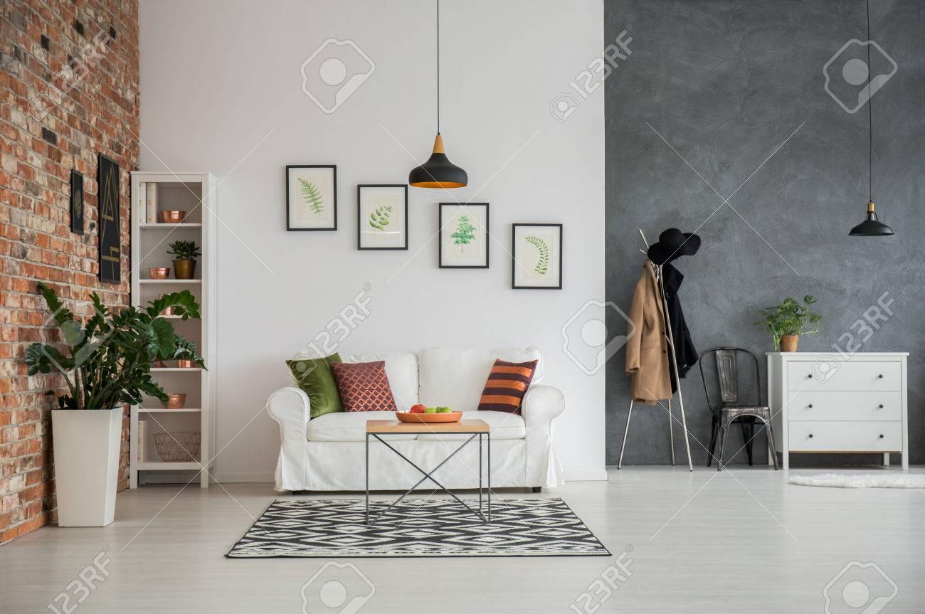 Graue Und Weiße Loft-Interieur Mit Couch, Kommode Und Stuhl ...