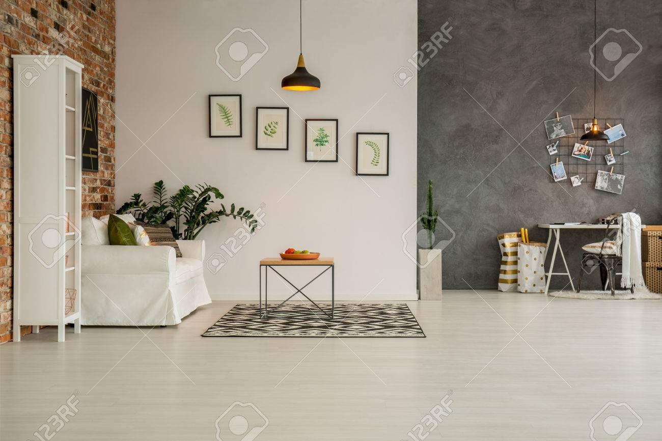 Moderne Wohnung Mit Wohnzimmer Offen Für Home Office Standard Bild    74264990