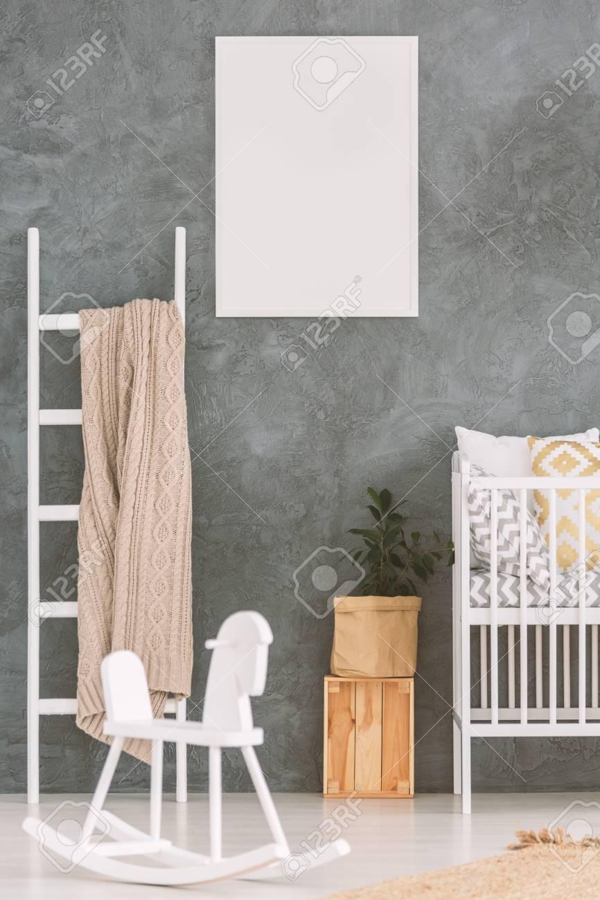 Baby-Schlafzimmer Mit Weißem Kinderbett Und Schaukelpferd ...