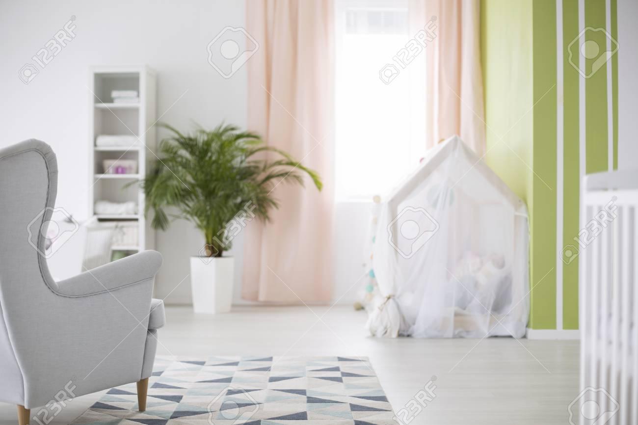 Außergewöhnlich Sessel Babyzimmer Beste Wahl Geräumiges Weißes Mit Sessel, Pflanze Und Krippe