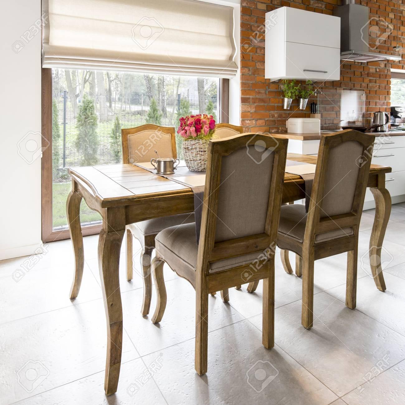 Banque Du0027images   Spacieuse Demeure De Style Avec Table Ancienne En Bois Et  Des Chaises Dans Une Grande Salle à Manger