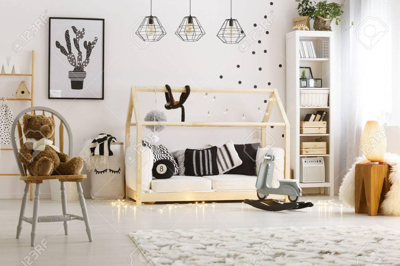 Helles Kinderzimmer Mit Lampen Bucherregal Bett Und Stuhl