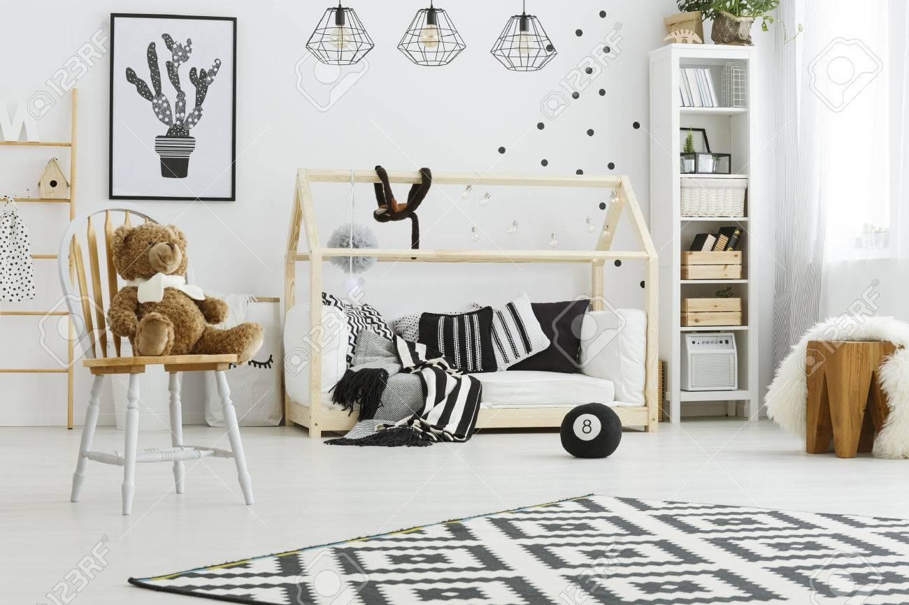 Blanc, chambre d\'enfant avec lit maison, chaise et tapis de modèle