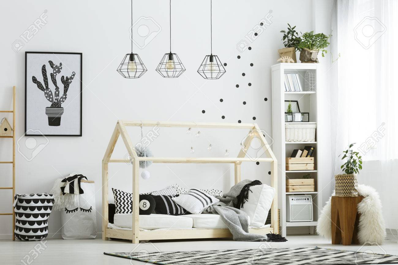Chambre bébé moderne en blanc avec lit, bibliothèque et tapis