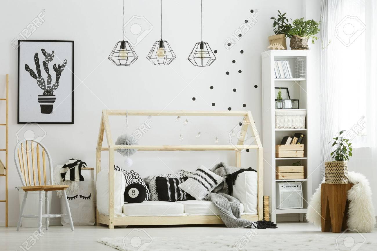 Banque Du0027images   Chambre De Bébé Dans Le Style Scandinave Avec Une Chaise  En Bois Et Un Lit