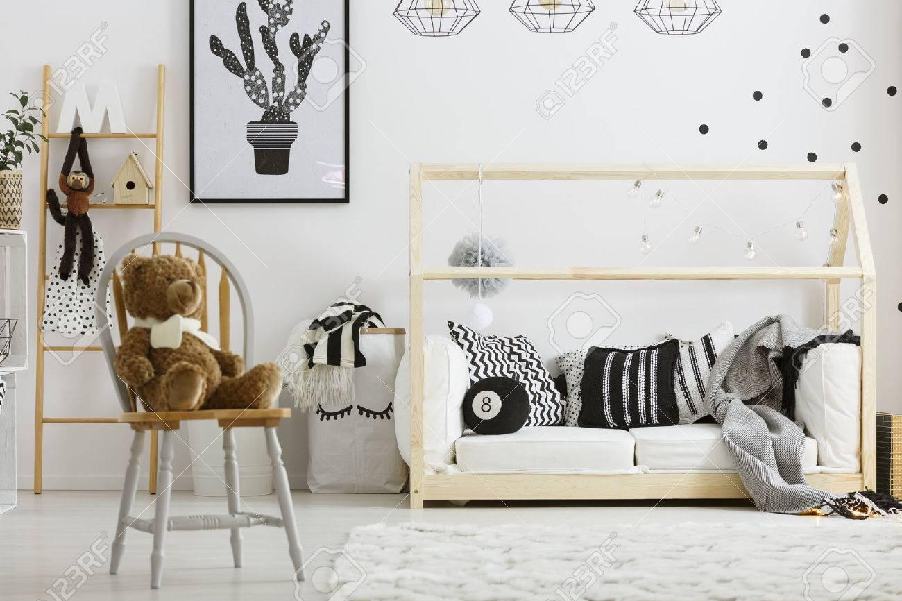 Schwarz-Weiß-Jungen-Schlafzimmer Mit Hausbett Und Stuhl Lizenzfreie ...