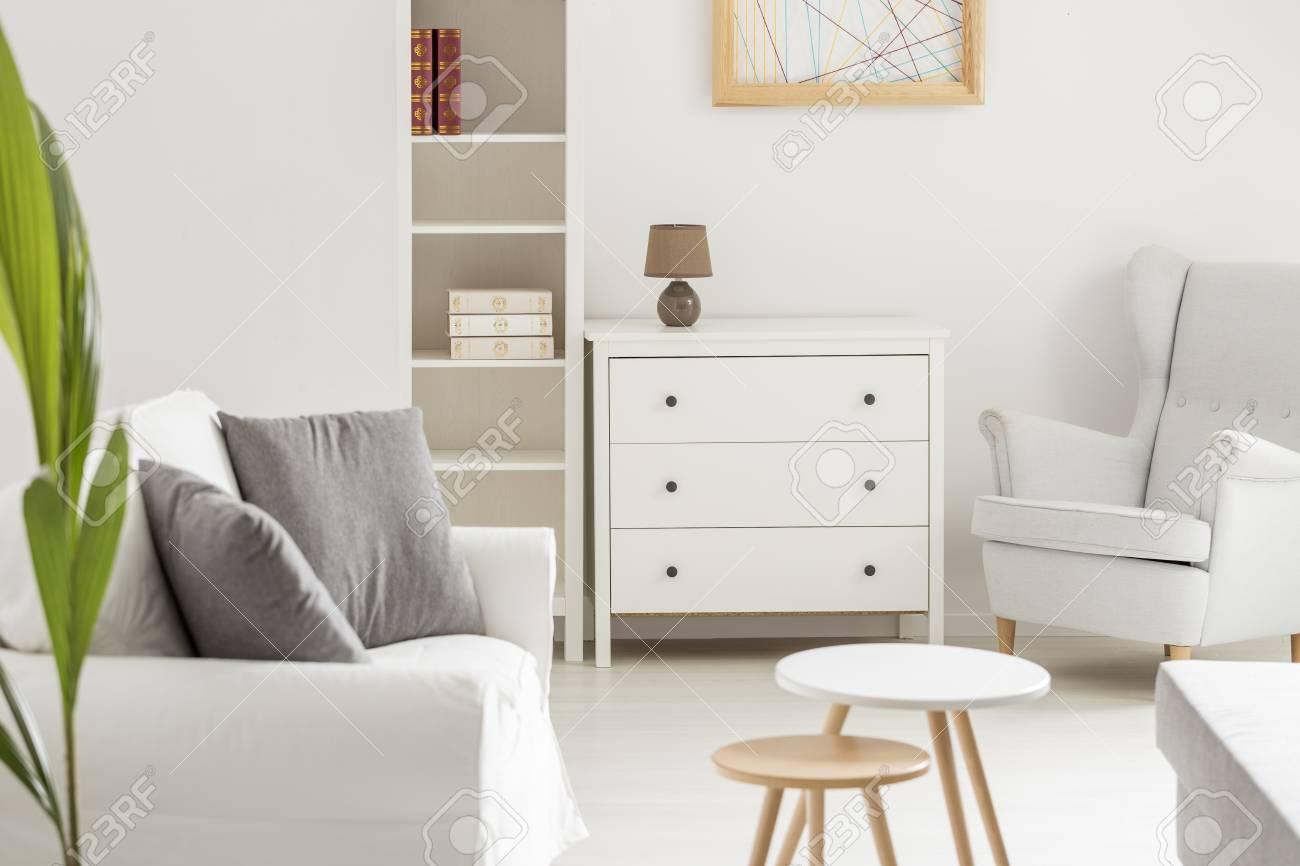 Salon Confortable Blanc Avec Canapé Et Fauteuil Dans Une Maison De ...