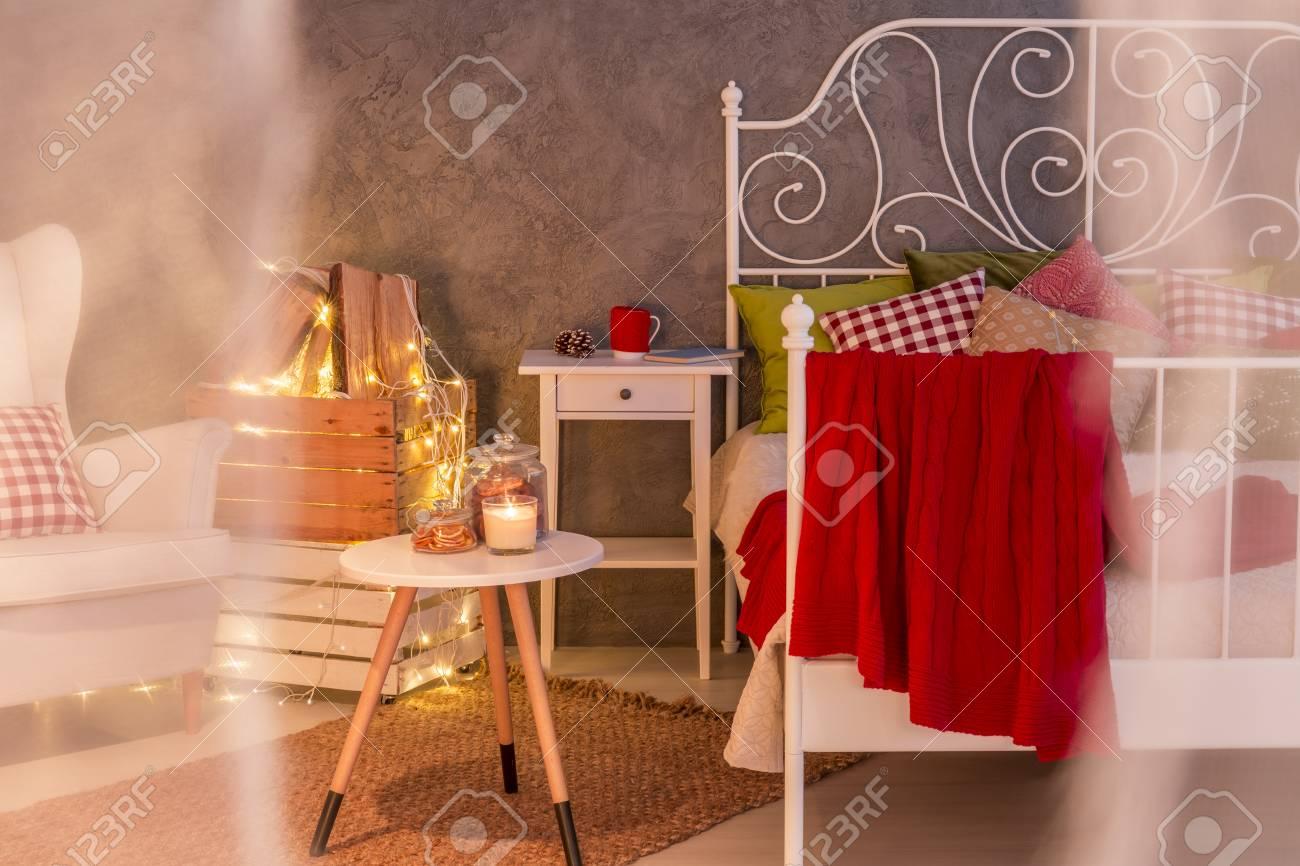 chambre à coucher romantique à l'intérieur avec lit et fauteuil