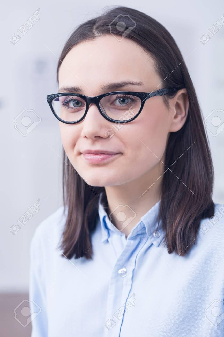 Junge Frau Trägt Designer-Brille Mit Schwarzem Rahmen Lizenzfreie ...