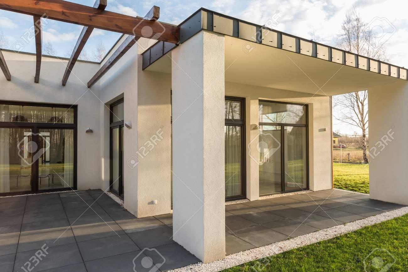 Casa De Terraza Minimalista Con Pérgola De Madera Y Gran Jardín En Los Suburbios