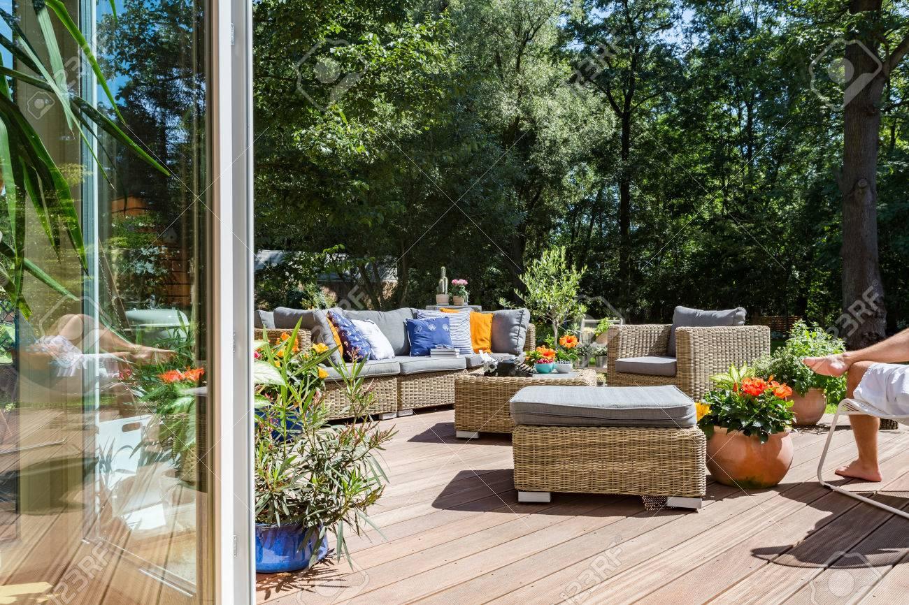 Nueva Terraza De Estilo Villa Con Muebles De Ratán Conjunto Y Flores Decorativas