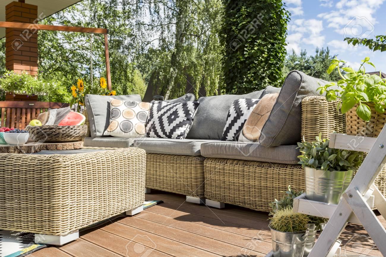 Patio De Jardin Moderne Avec Canapé En Rotin Confortable Et Une ...
