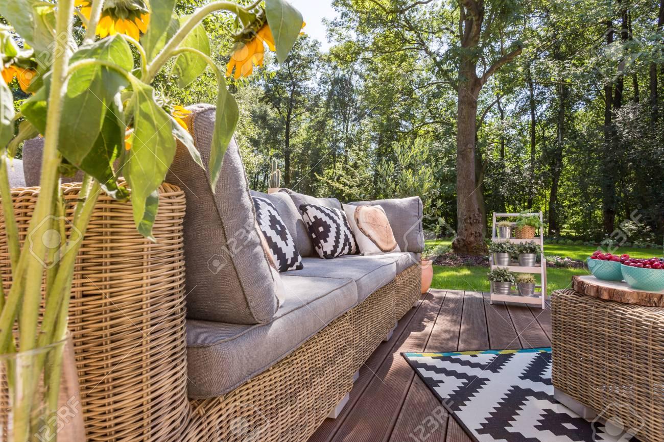 banque dimages terrasse villa lgante avec meuble en rotin et tapis motifs prs du jardin de la maison - Meuble Terrasse