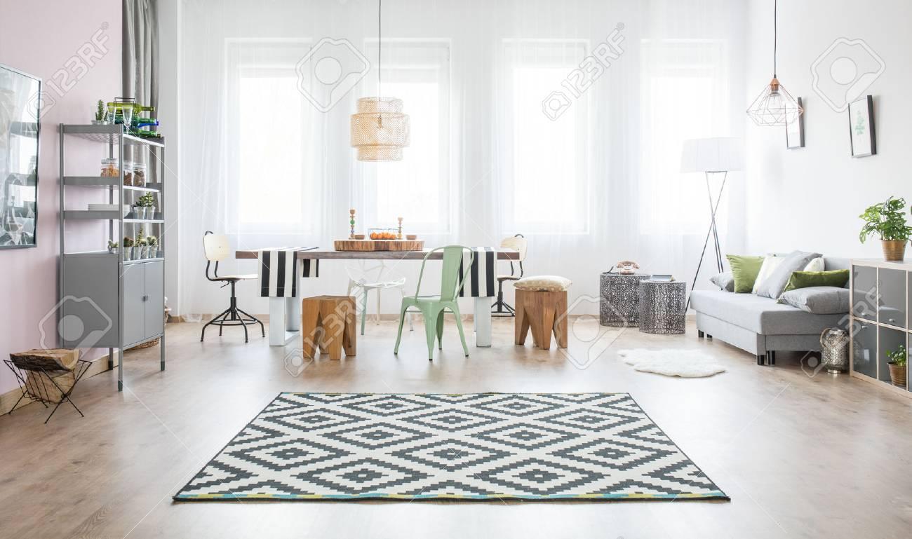 Apartamento funcional con mesa de comedor, sofá y alfombra de patrón