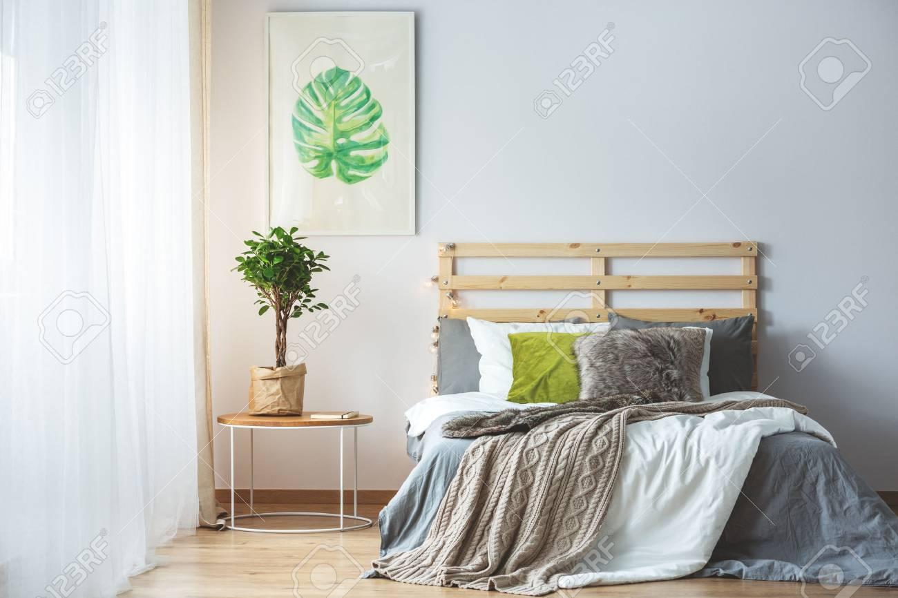 Pastell Schlafzimmer Interieur Mit Grünen Accessoires Und Monstera ...
