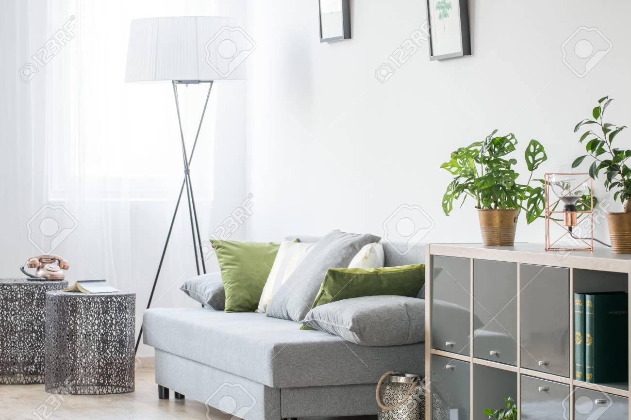 lámpara gris luminosa con sofá pie de y Habitación uiPZkX