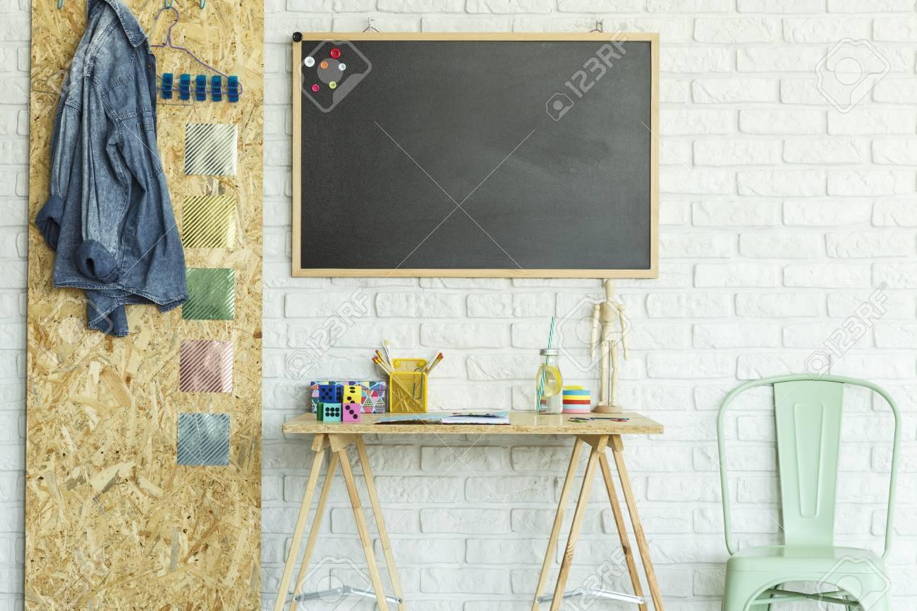 Bureau tableau noir avec des aimants chaise et panneau d osb